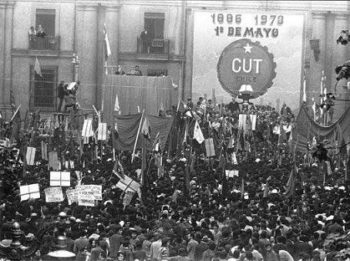 La dictature militaire chilienne interdit le syndicalisme ouvrier par décret, le 17 septembre 1973.