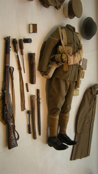 La fosse du soldat anglais à l'Historial de Péronne. Manque ici les objets du quotidien (un mug par exemple) et le matériel de tranchée. Par contre, sont présents certaines des armes utilisées en combat rapproché: des massues fabriquées par les soldats, armes qui renvoient plutôt à la période médiévale.