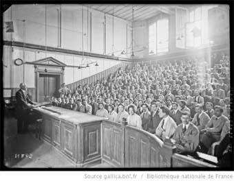1921, Ecole centrale [Paris, rue Montgolfier, 3e arrondissement, étudiants dans un amphithéâtre] : [photographie de presse] / [Agence Rol]