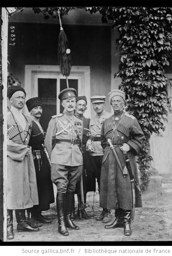 Front russe, photo Grondijs, division sauvage, [le] chef général Prince Bagration, [le] chef d'état-major colonel Gatofsky, corr[espondant ?] Grondijs, [et l'] aide de camp porteur du bountchouk : [photographie de presse] / [Agence Rol]