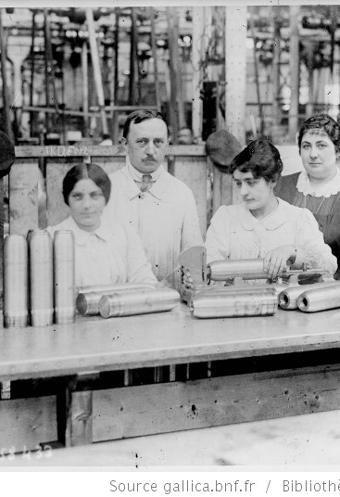Fabrication d'obus, vérification du perforage : [photographie de presse] / [Agence Rol]