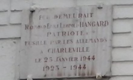 Perpendiculaire à la rue de Cernay, à Reims, la plaque commémorative de Raymond Hangard, Rémois engagé dans le maquis ardennais de Launois, fusillé sur le plateau de Berthaucourt le 25 janvier 1944. L'un des 21 Rémois fusillés durant la Seconde guerre mondiale. Il n'y a ici aucune ambiguité sur le statut de résistant.