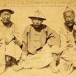 Téléchargements Deux fonctionnaires portant le chapeau de paille officiel d'été, assis avec un vieil homme. Chine, 1874-1875