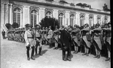 Versailles, signature de la Paix avec la Hongrie, M. Millerand [passant devant un piquet d'honneur] : [photographie de presse] / [Agence Rol] le 4 juin 1920