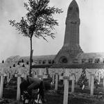 Les enfants déposent des fleurs sur les tombes des soldats au cimetière de Douaumont : [photographie de presse] / Agence Mondial