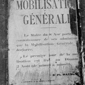 Affiche [de la] mobilisation [générale du 2 août 1914, rue Royale, 8e arrondissement] : [photographie de presse] / [Agence Rol]